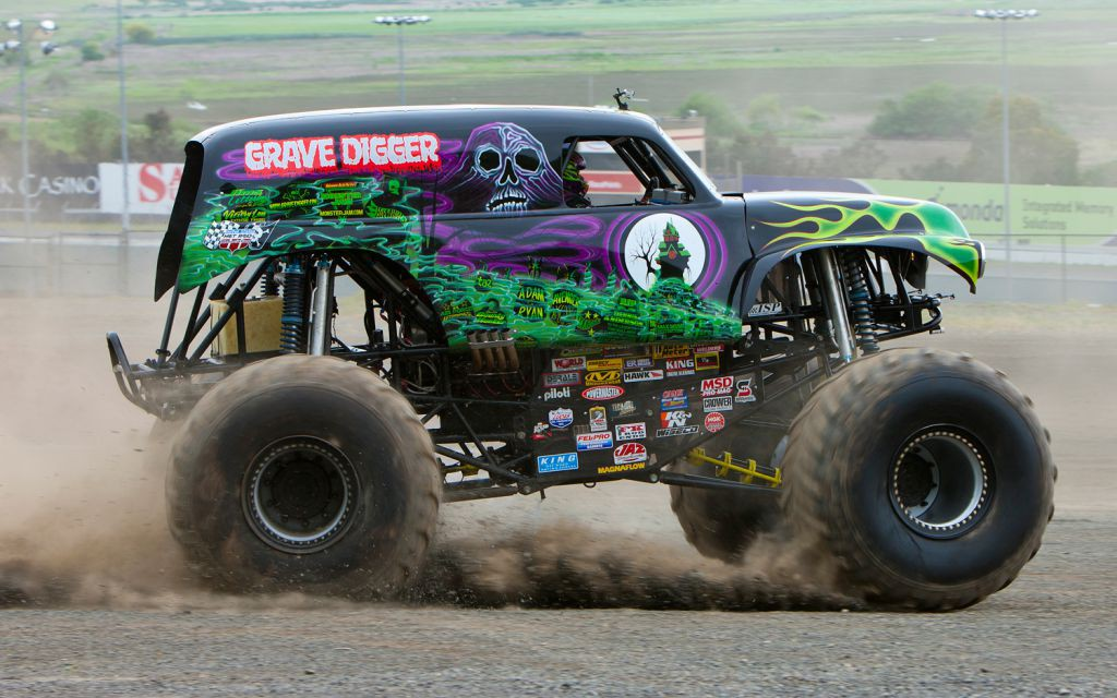 grave-digger-side-view-in-motion